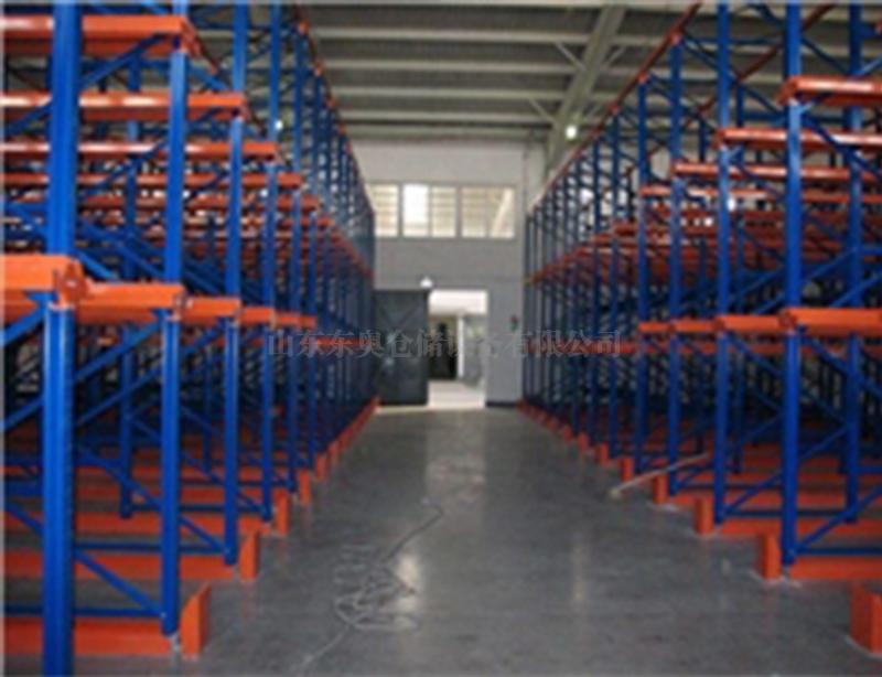 悬臂仓库货架是现代物流管理中常见的货架形式之一。